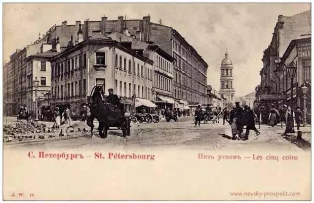 До 1913 года тут был трёхэтажный дом купцов Лапиных