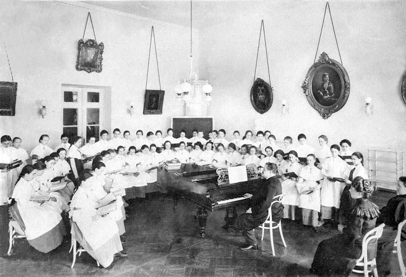 7Смольный институт.Урок пения.Фото1889 г.