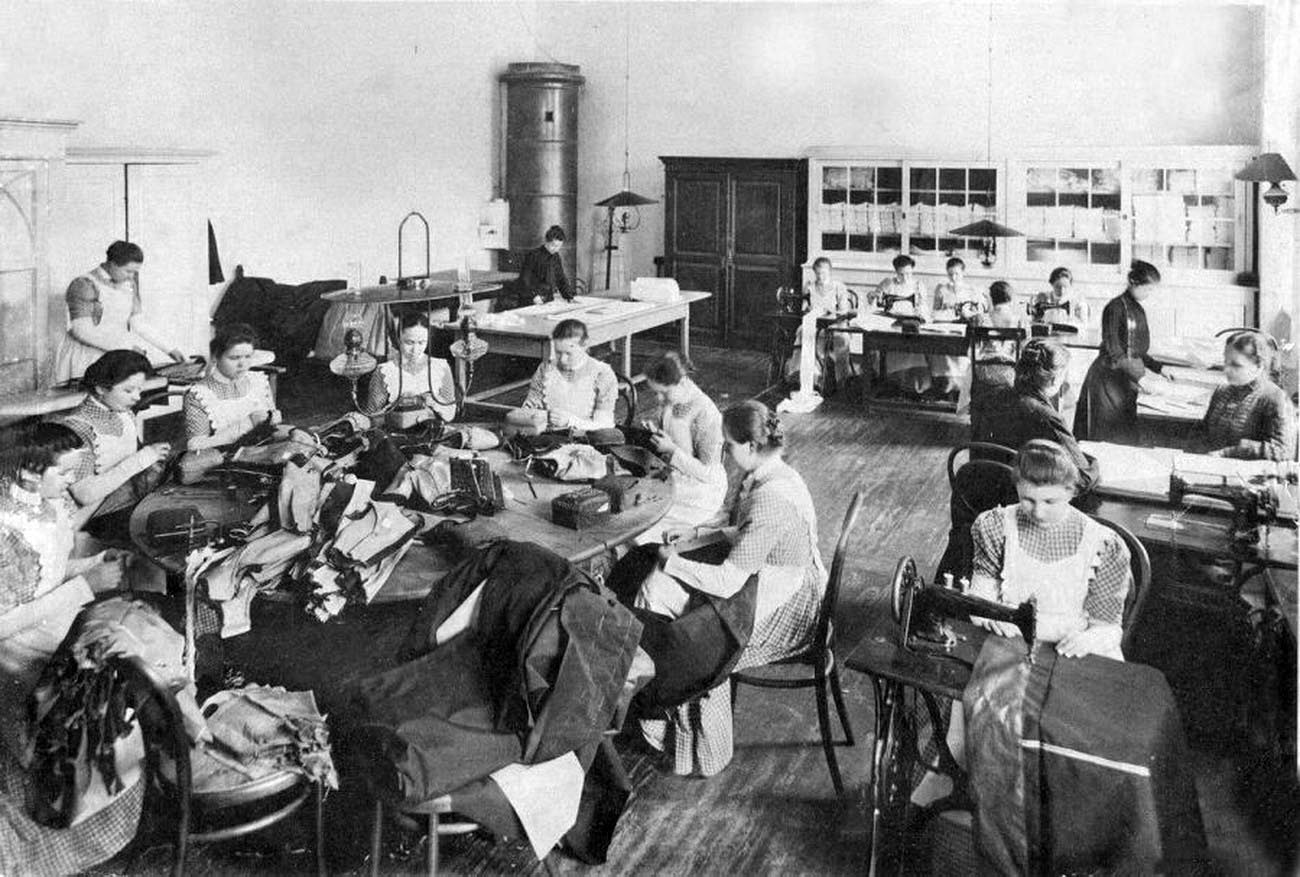 16Смольный институт.В швейной мастерской.Выпускной альбом института 1889 года.