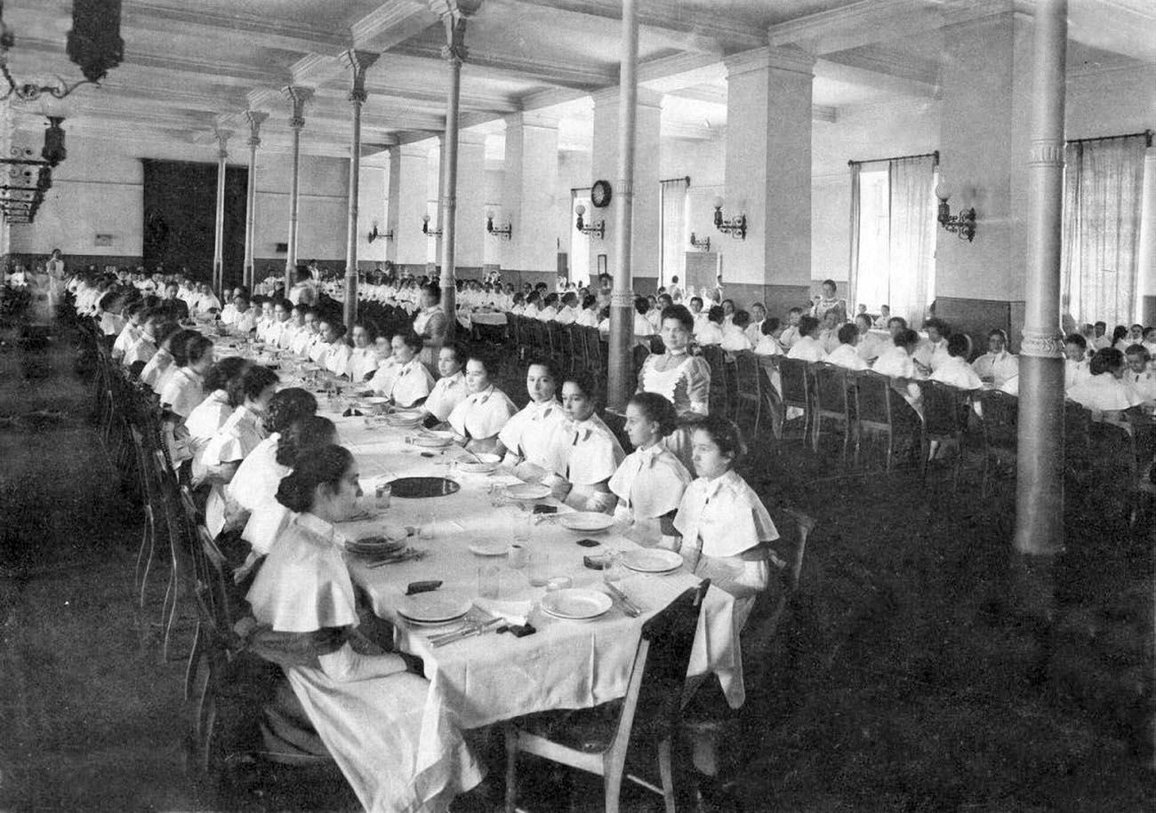18Смолянки в столовой .Выпускной альбом института 1889 года