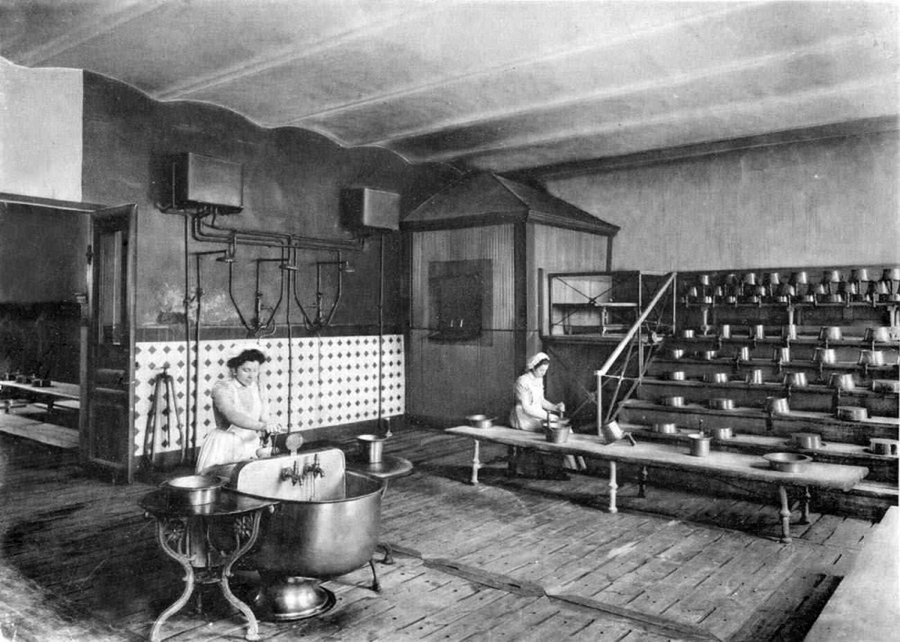 20Смольный институт. Помывочная.Фото 1889 г.