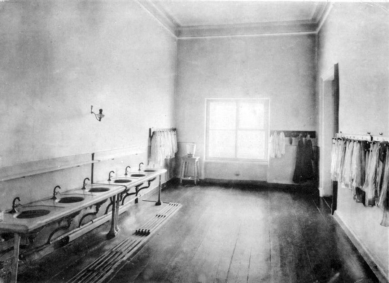 21Смольный институт.Умывальная.Выпускной альбом института 1889 года.