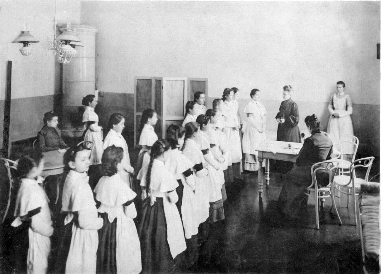 22Смольный институт. Медицинский осмотр .Выпускной альбом института 1889 года.