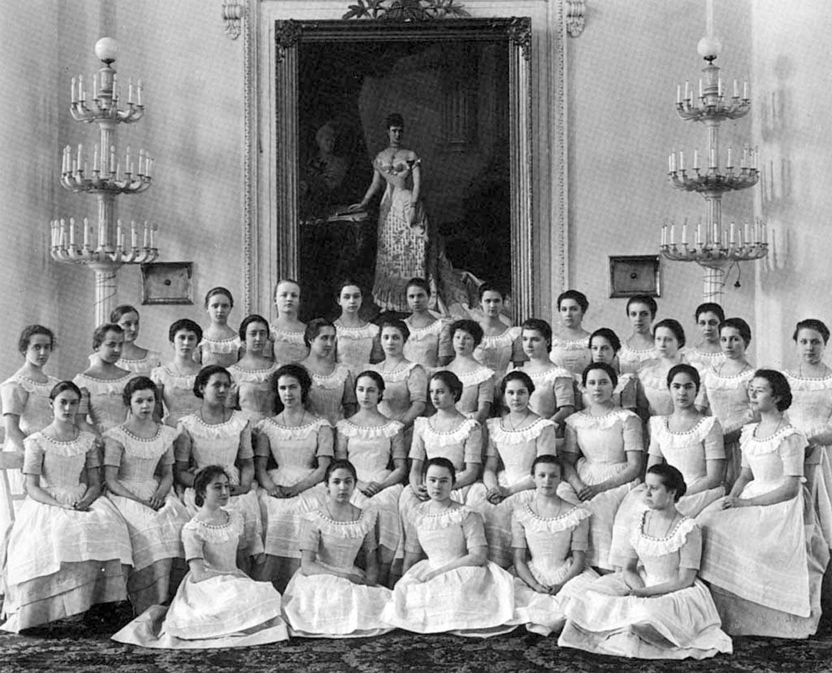 32Последний выпуск воспитанниц Смольного института. 1917 год.
